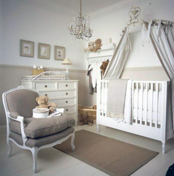 узкая кроватка в интерьере комнаты