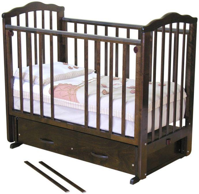красивая детская кроватка маятник для девочки из дерева