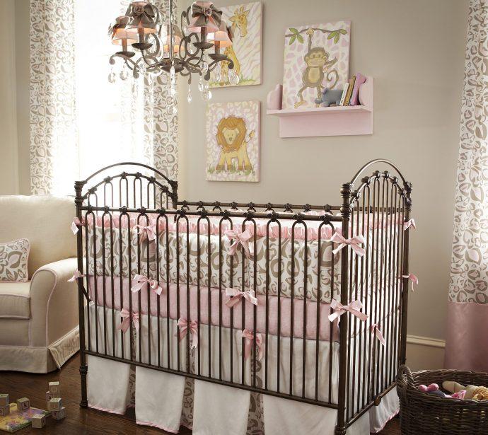 стандартная детская кровать в интерьере комнаты
