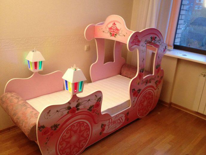 красивая диван кроватка для ребенка в спальне фото