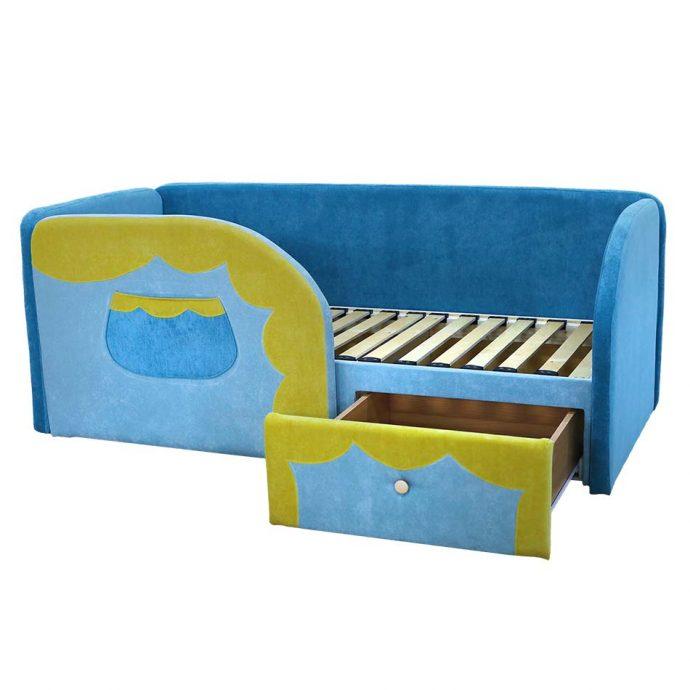 небольшая кровать диван для ребенка в спальне фото пример