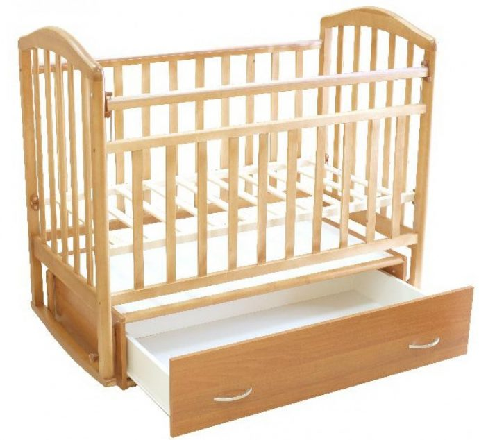 маленькая кроватка маятник для девочки из массива дерева