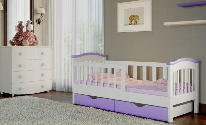 большая кроватка с бортиками в комнате конструкция