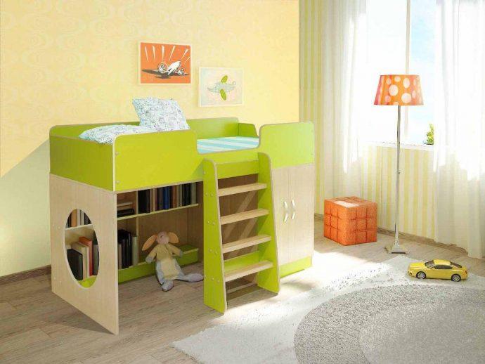 красивая детская кровать с бортиками в дизайне комнаты пример