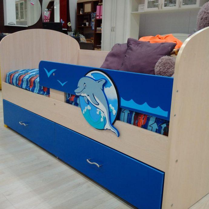 большая кровать с изображением дельфина в детской