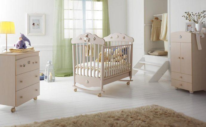 широкая детская кроватка в комнате