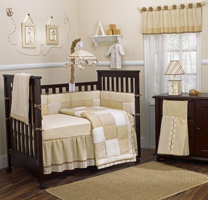 маленькая кроватка в комнате
