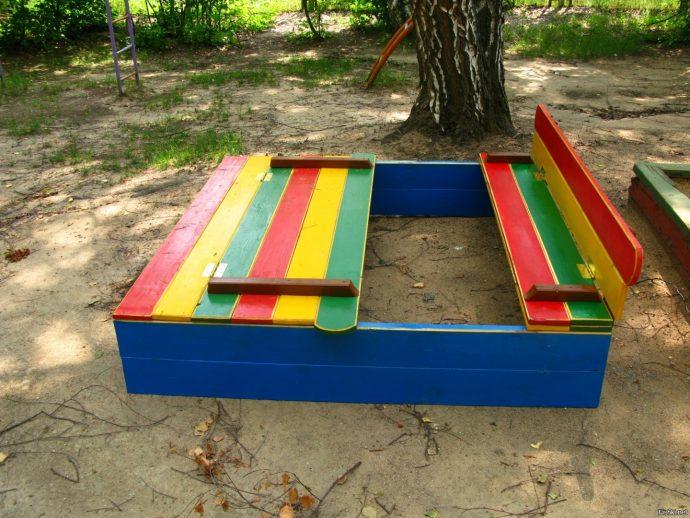 квадратная песочница в саду из подручных средств