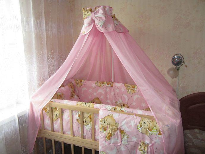 яркий накидка на кроватку в интерьере комнаты