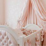 большой накидка на кроватку в интерьере пример дизайна