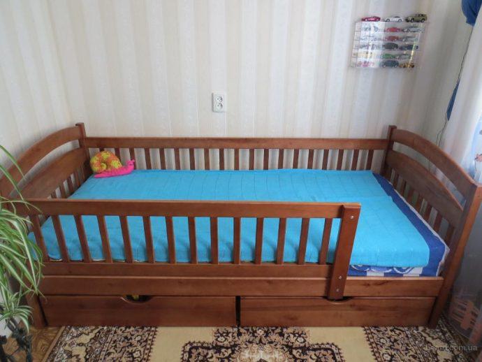 яркая детская кровать с бортиками в комнате пример