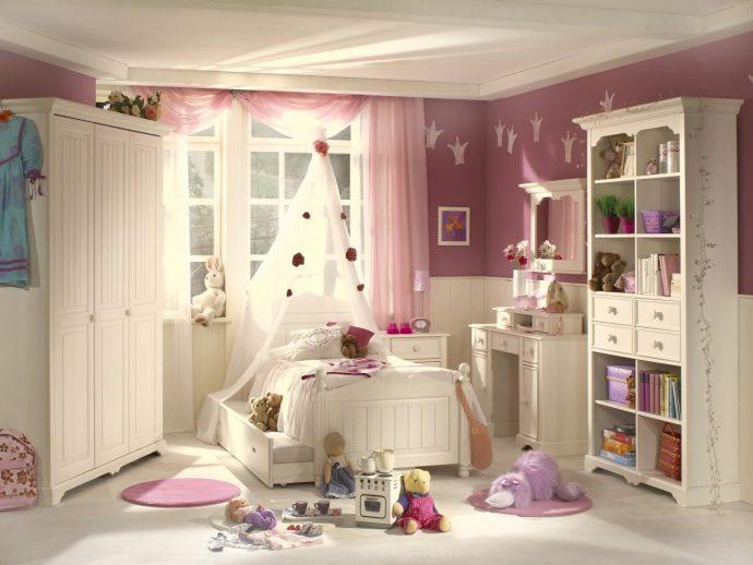 яркая детская мебель в спальню для девочки