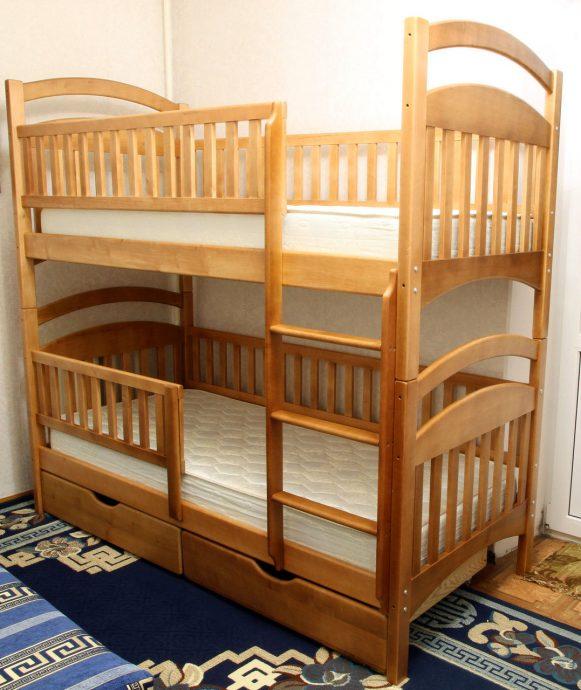 красивая кроватка с бортиками в интерьере комнаты пример