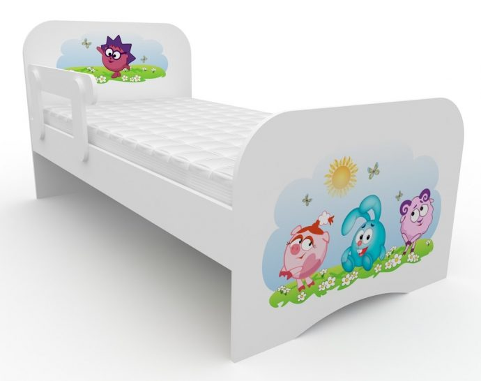 цветная детская кроватка с бортиками в комнате конструкция