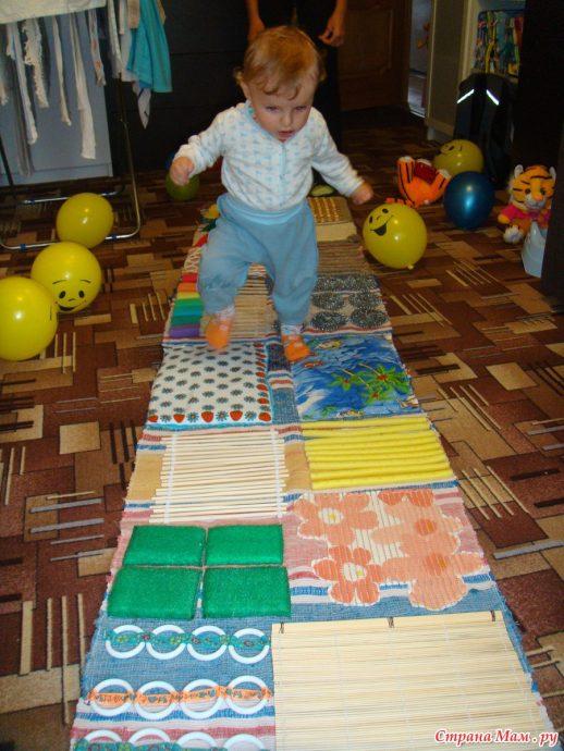интересный развивающий детский коврик со зверьками картинка