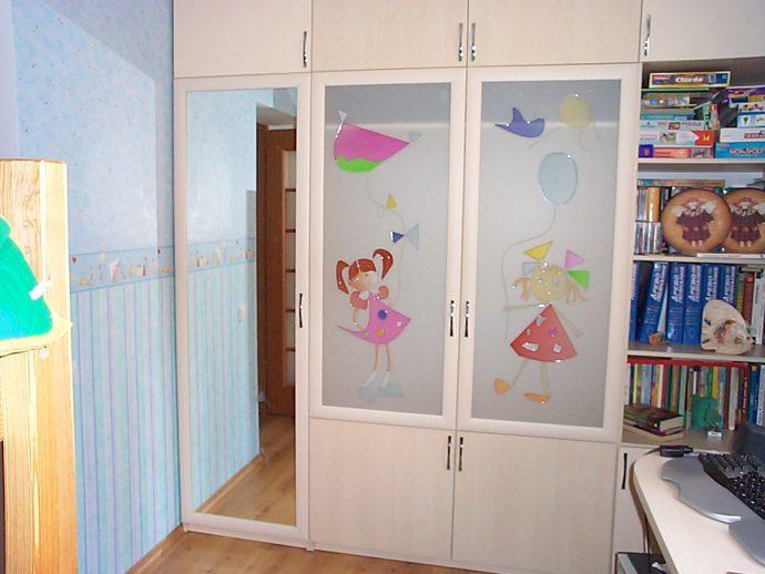 прозрачный раздвижной шкаф купе в спальню