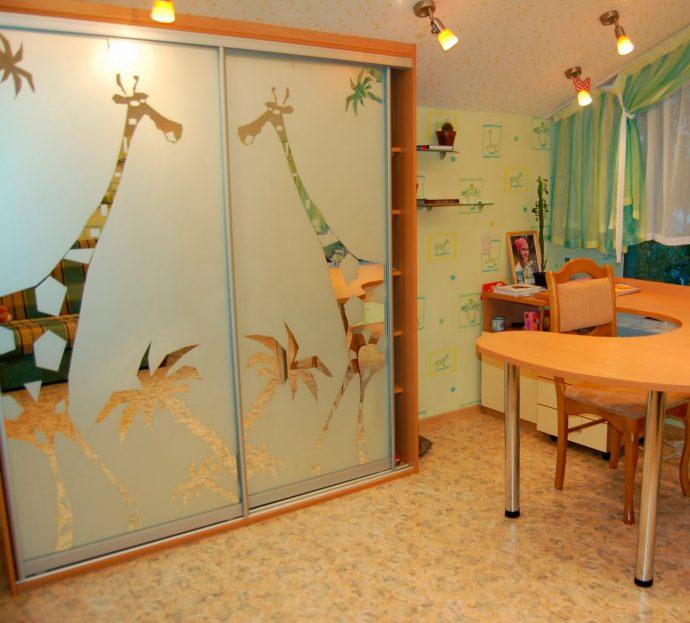 цветной шкаф купе в детскую комнату