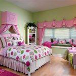 яркие шторы в спальню для девочки в интерьере комнаты картинка