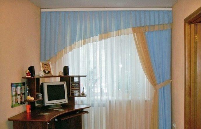 цветные шторы в детскую комнату для мальчика в интерьере спальни