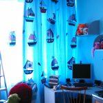 яркие шторы в комнату в интерьере спальни фото
