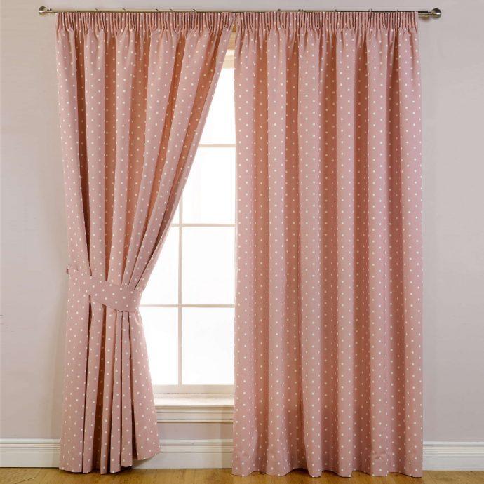 цветные шторы в комнату для девочки в интерьере комнаты