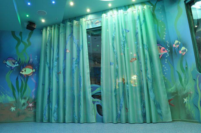 яркие шторы в детскую комнату для девочки в интерьере