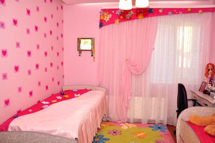 светлые шторы в комнату в интерьере спальни