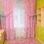 яркие шторы в спальню для девочки в интерьере спальни фото