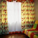 светлые шторы в спальню для мальчика в интерьере спальни фото