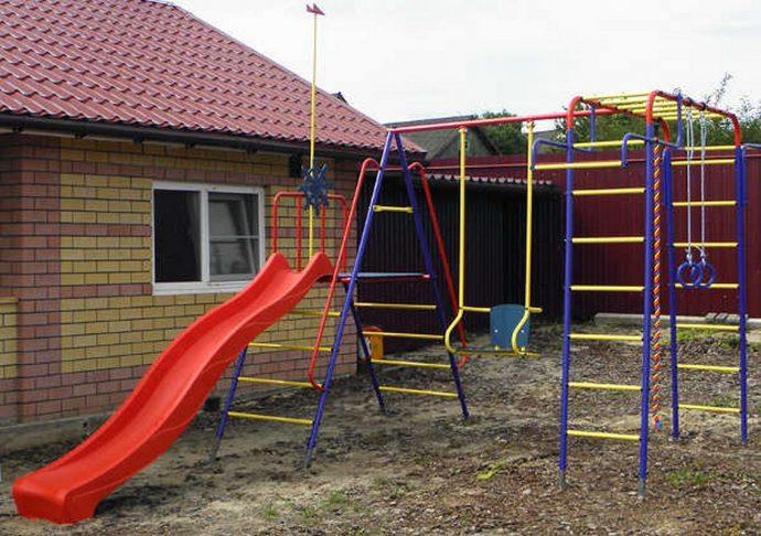 железная детская площадка из подручных средств во дворе