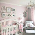 деревянная детская кроватка в детской комнате