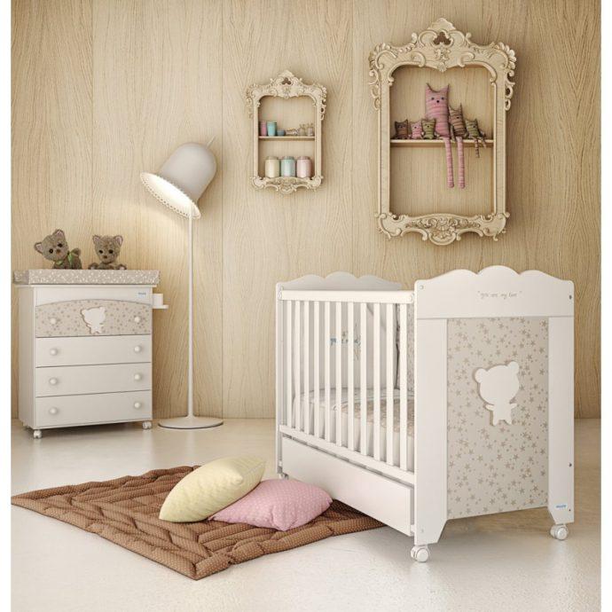деревянная кроватка в детской комнате