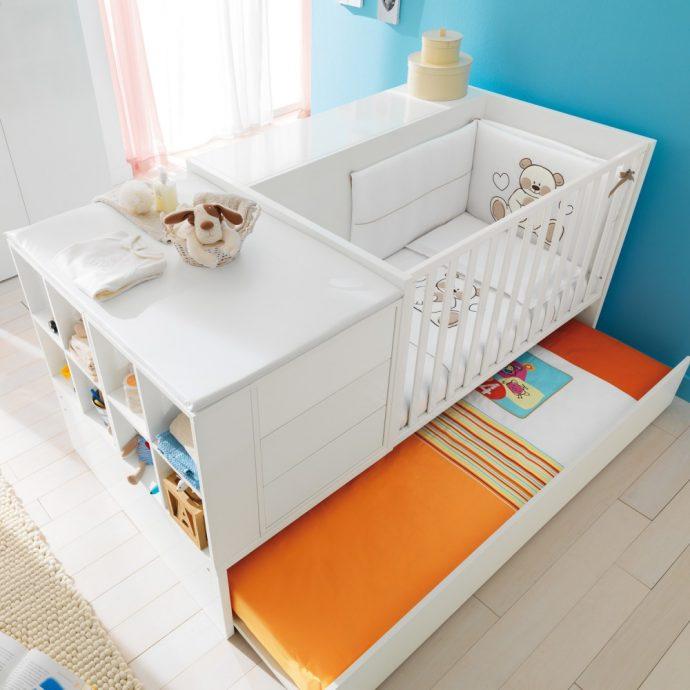 большая кроватка трансформер в комнате