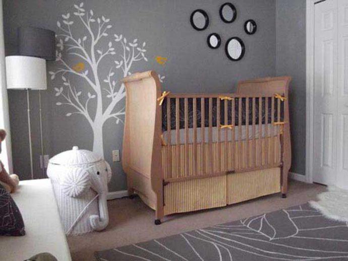 большая детская кровать в комнате