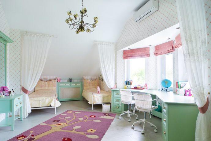 детская спальня для детей в ярких тонах