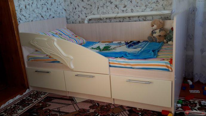 кровать с изображением дельфина в интерьере