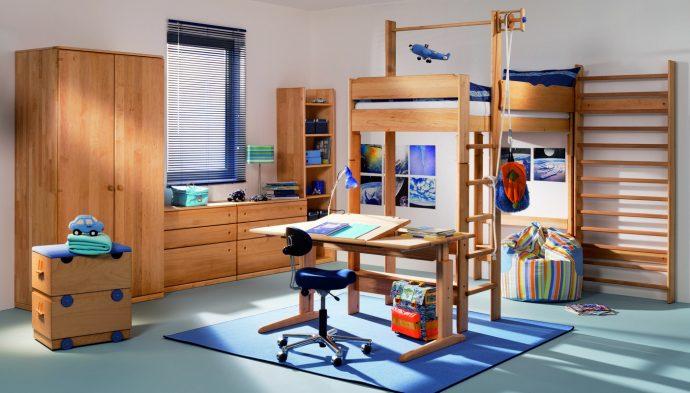 кровать из сосны в детской комнате