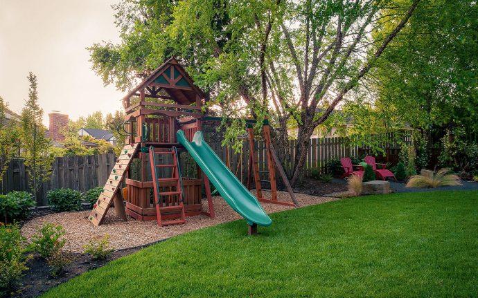 дизайн детской площадки во дворе на даче с турником