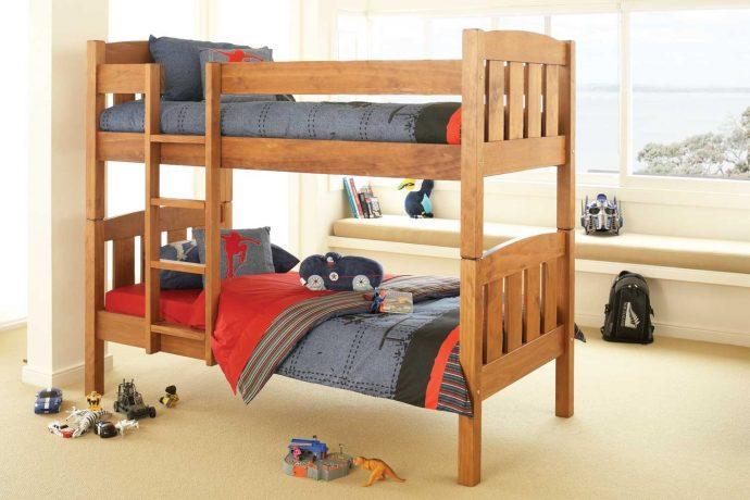 конструкция детской кровати из дерева в дизайне комнаты