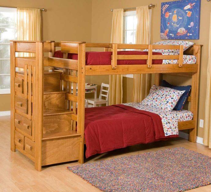 интерьер двухъярусной кровати деревянная в спальне