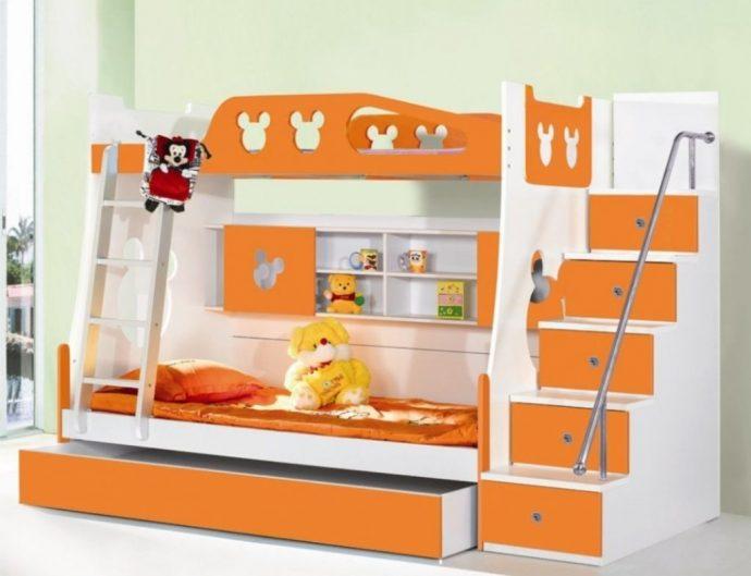 дизайн двухъярусной кровати из дерева в комнате