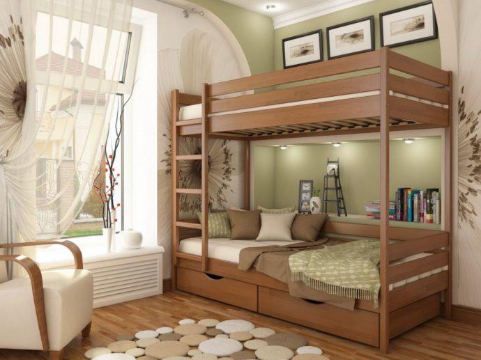 конструкция двухъярусной кровати из массива дерева в интерьере комнаты