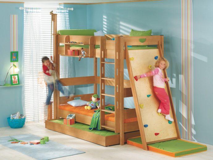 интерьер кровати из дерева в дизайне комнаты