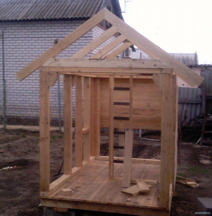 дизайн яркого игрового домика из дерева
