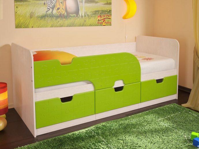 пример кровати дельфин для малыша в теплых тонах