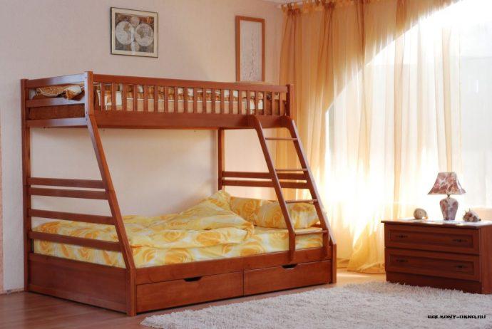 каркас детской кровати из массива дерева в интерьере комнаты