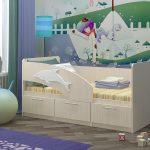 комплект кроватки дельфин для ребенка в ярких тонах