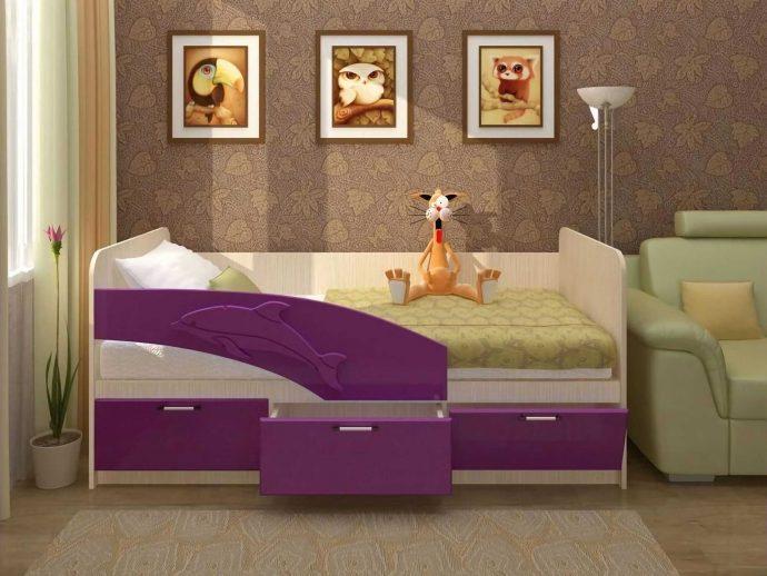 конструкция кровати дельфин для малыша в теплых тонах