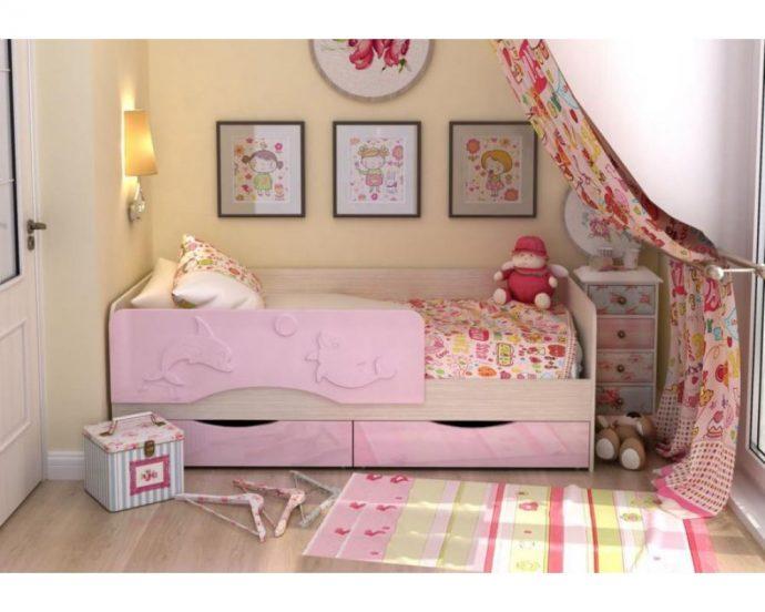 пример кроватки дельфин для детей в ярких тонах