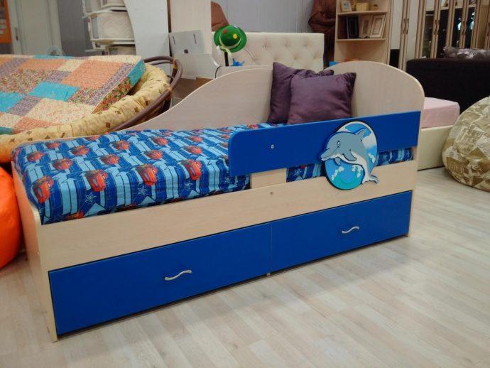 конструкция кроватки для малыша в теплых тонах